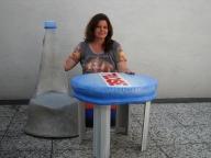 Flaschen Stuhl und Schraubverschluss Tisch